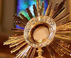 eucharist_in_monstrance